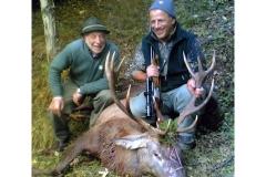Cervo coronato abbattuto nella Riserva di S.Tomaso Agordino dal Socio Francesco Biscaro (a destra), che nella foto è assieme al Vice Presidente della Riserva Sig. Martino Rossi.
